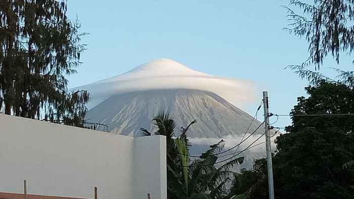 El volcán mayon bajo una nube paraguas