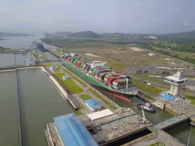 el portacontenedores Triton en el Canal Panamá