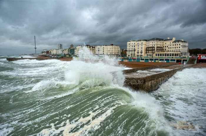 olas contra la costa