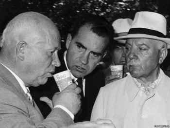 Krushchev bebiendo Pepsi-Cola