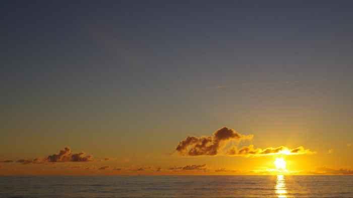 puesta de sol en el Océano Pacífico Sur