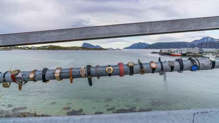 relojes en el puente de la Isla Sommarøy