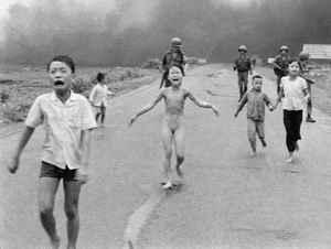 Kim Phuc, quemada por una bomba de napalm en Vietnam