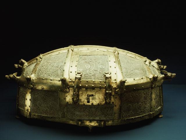 ataud vikingo de bronce dorado y marfil
