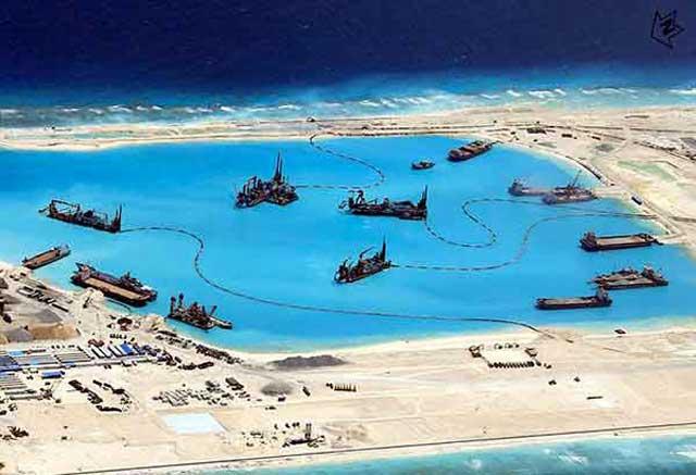 barcos dragan en en arrecife de Kagitingan, Islas Spratly