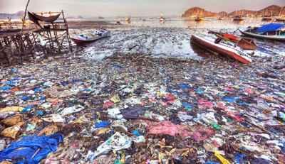 basura de plástico en una playa de Indonesia