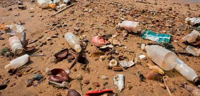 embases de plástico en una playa