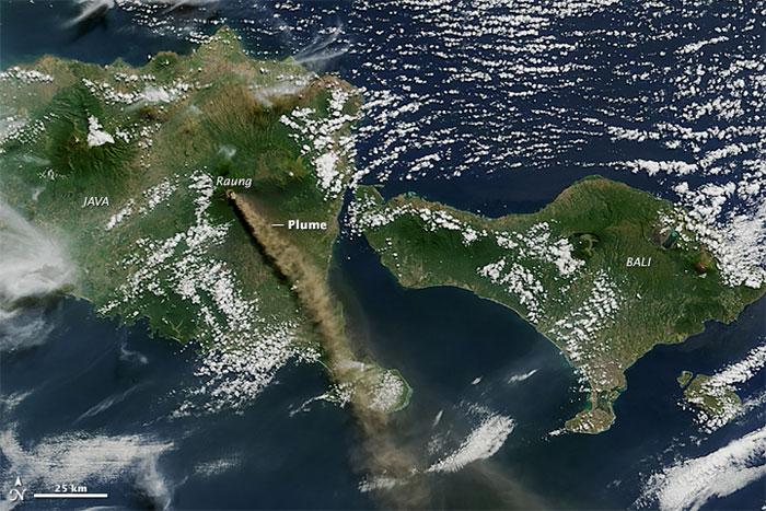 erupción del volcán Raung desde el satélite Aqua