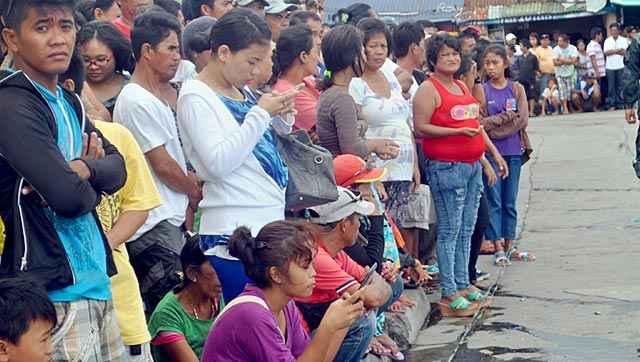 familiares de los pasajeros del ferry hundido en Flipinas