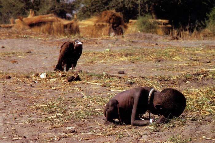 fotografía de Kevin Carter, un buitre acechando a una niña