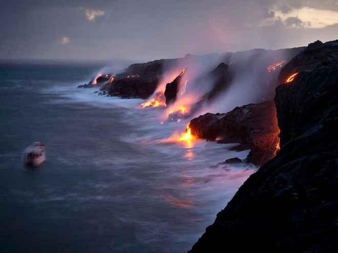 lava entrando en el océano