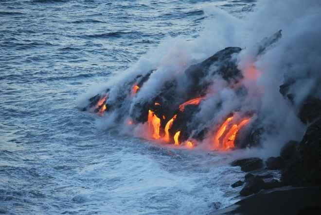 lava entrando en el mar