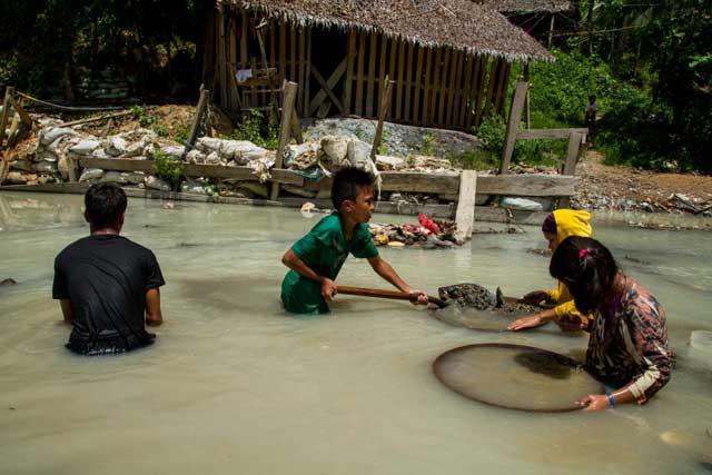niños mineros de oro en Filipinas