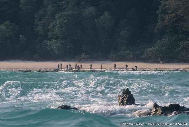 sentineleses en una playa