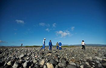voluntarios buscan restos del avión en la Isla de la Reunión