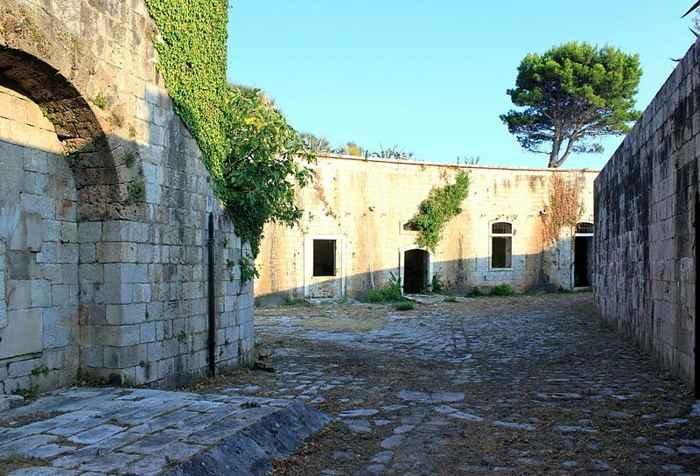 calle de la fortaleza en la Isla de Mamula, Montenegro