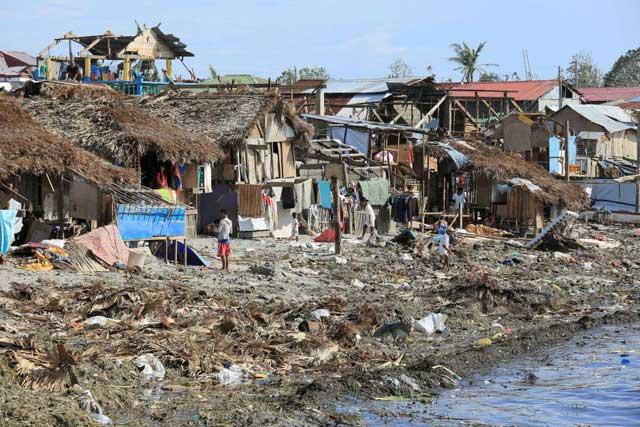 daños en las casas en Bulan por el tifón Melor