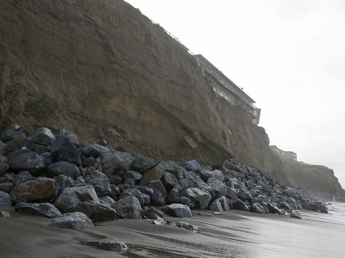 derrumbe en un acantilado de California desde la playa