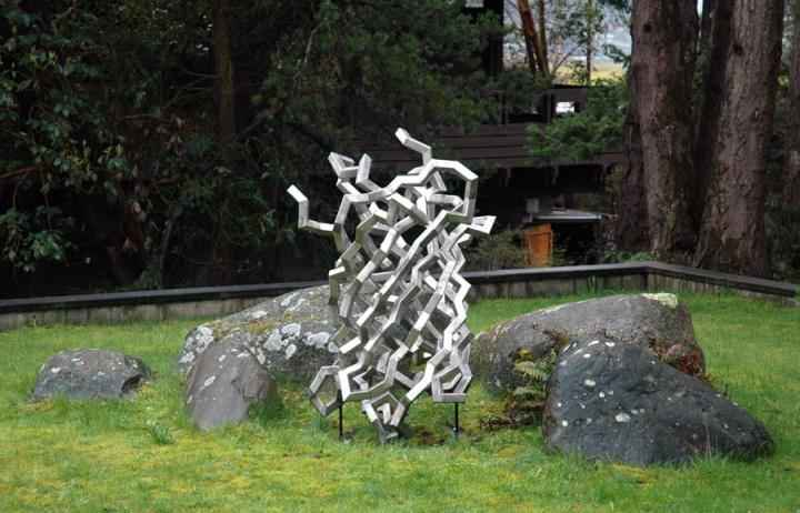 escultura en honor a la medusa fluorescente verde (premio Nobel)