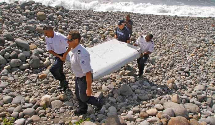 el flaperón deñ vuelo MH370 es sacado de la playa