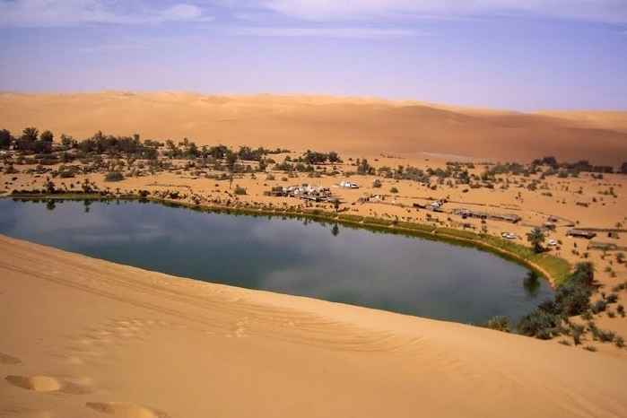 lago Gaberoun en el Mar de Arena de Ubari, Libia