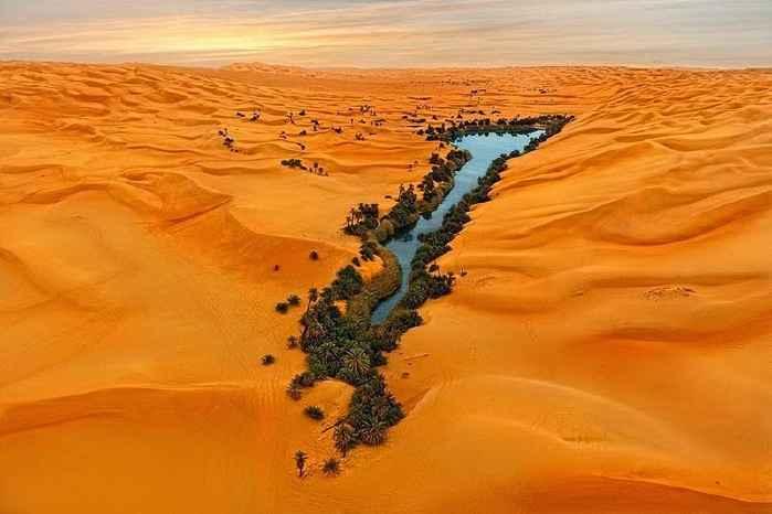 lago Umm al-Maa en el Mar de Arena de Ubari, Libia