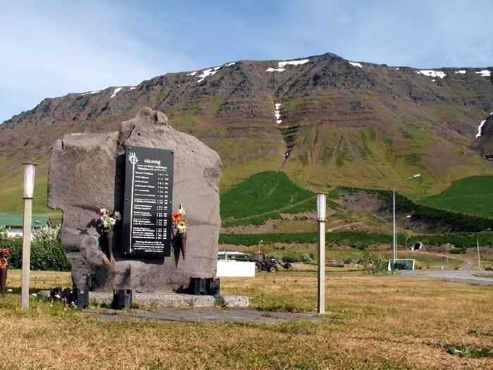 monumento a las víctimas de la avalancha de Flateyri