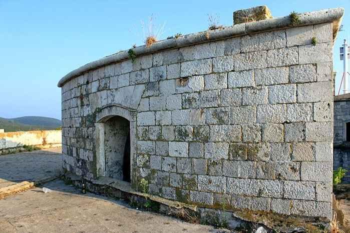 muro de la Fortaleza en la Isla de Mamula, Montenegro