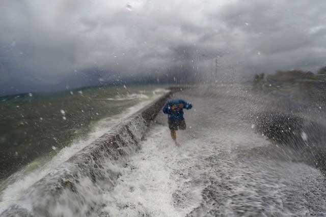olas en Legaspi por el tifón Melor