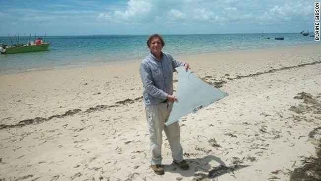 Blaine Alan Gibson con la pieza del MH370 encontrada en Mozambique