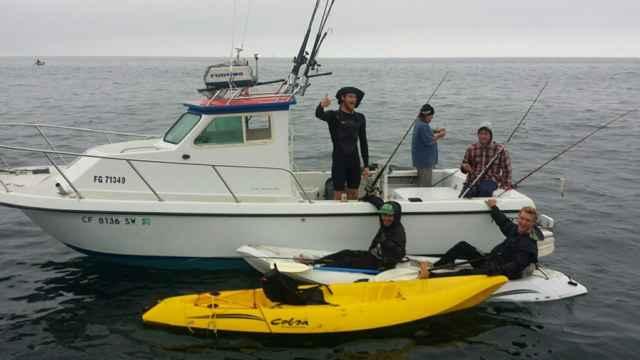 tiburón ataca un kayak