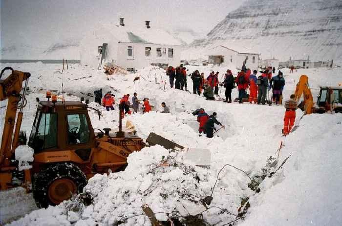 trabajos de rescate tras avalancha en Flateyri, octubre de 1995