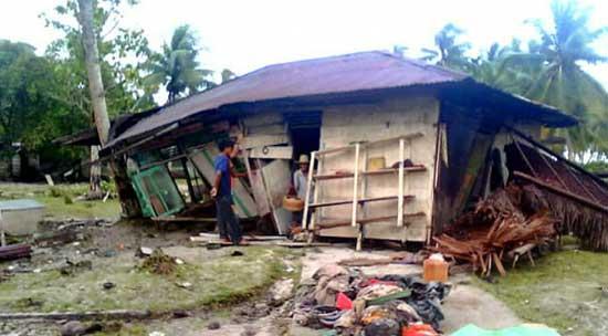 casa destruida por el tsunami en las islas Wentawai