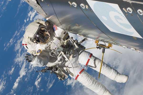 montaje de la antena AIS en la Estación Espacial INT.