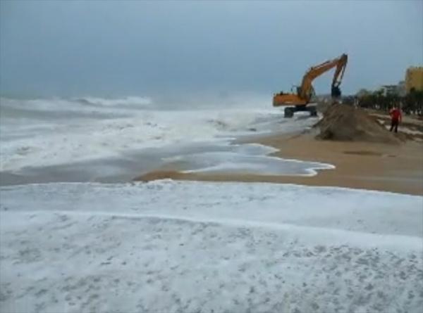 temporal Peñíscola, puente del Pilar 2010, maquinaría creando muros de contención en la playa