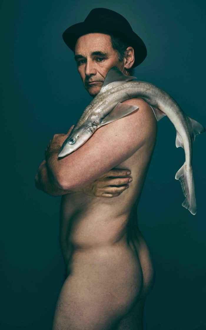 Mark Rylance con un tiburón gatuzo