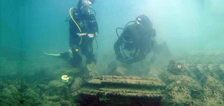 buzos examinan estructura en forma de disco en Zakynthos