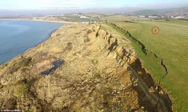 grieta y deslizamiento de tierra en Bowleaze Cove