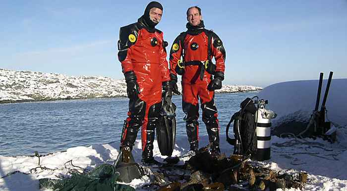 investigadores recogiendo esponja antártica