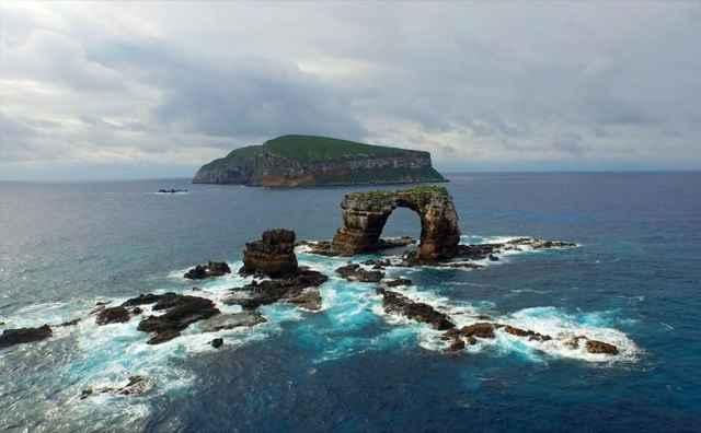 isla (al fondo) y arco de Darwin
