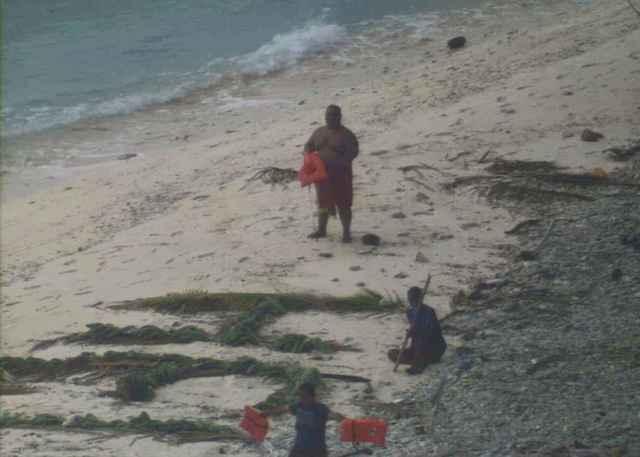 naufragos rescatados en una isla de Papua