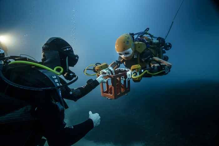 robot submarino OceanOne con un buzo