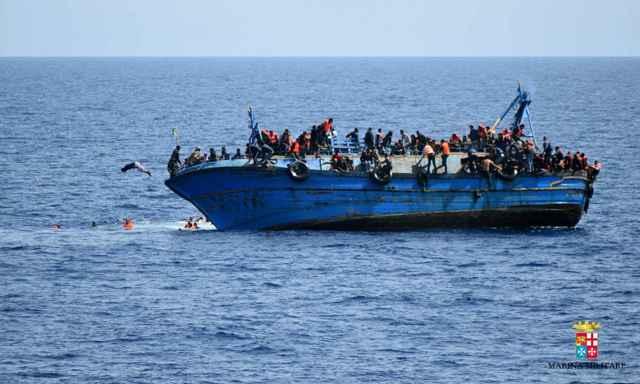 vuelco de un barco de refugiados en el Mediterráneo