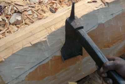 construcción de una canoa con una azada de hierro