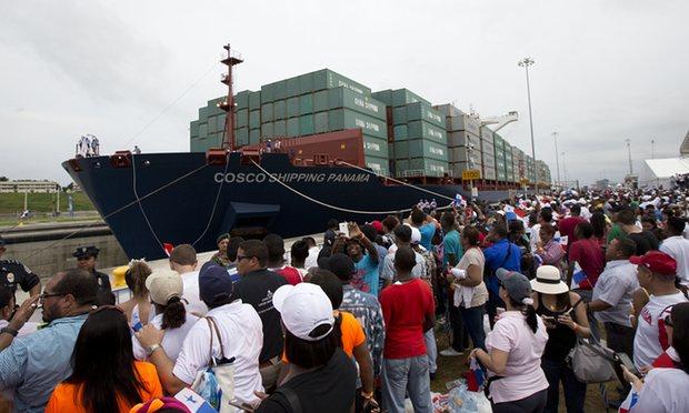 COSCO shipping atravesando el Canal de Panamá