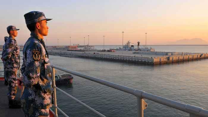 tropas chinas hacen guardia frente un aeropuerto en el Mar del Sur de China