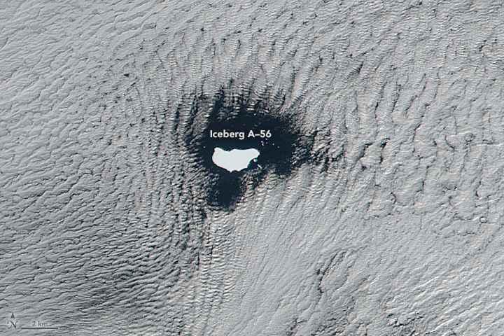 iceberg A56 enmarcado entre nubes, detalle