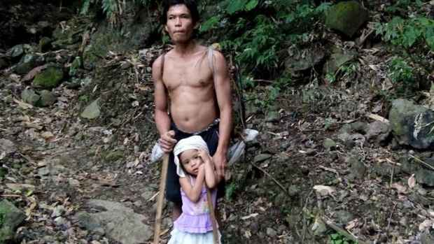 niña filipina lleva al trabajo a su padre ciego