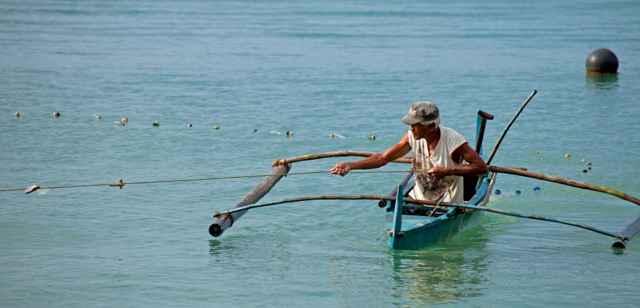 un pescador tradicional en Filipinas