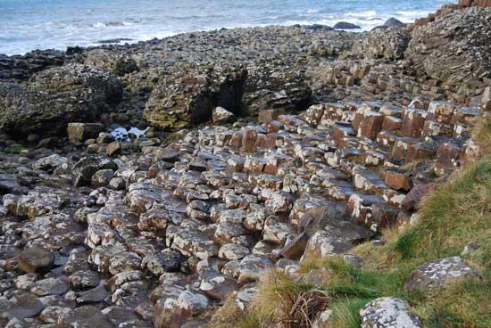 piedras erosionadas por el mar, Calzada de los Gigantes, costa de Irlanda